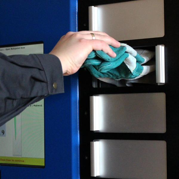 wybieranie rękawic z automatu